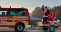Božiček z gasilci danes obiskuje otroke Svete Ane